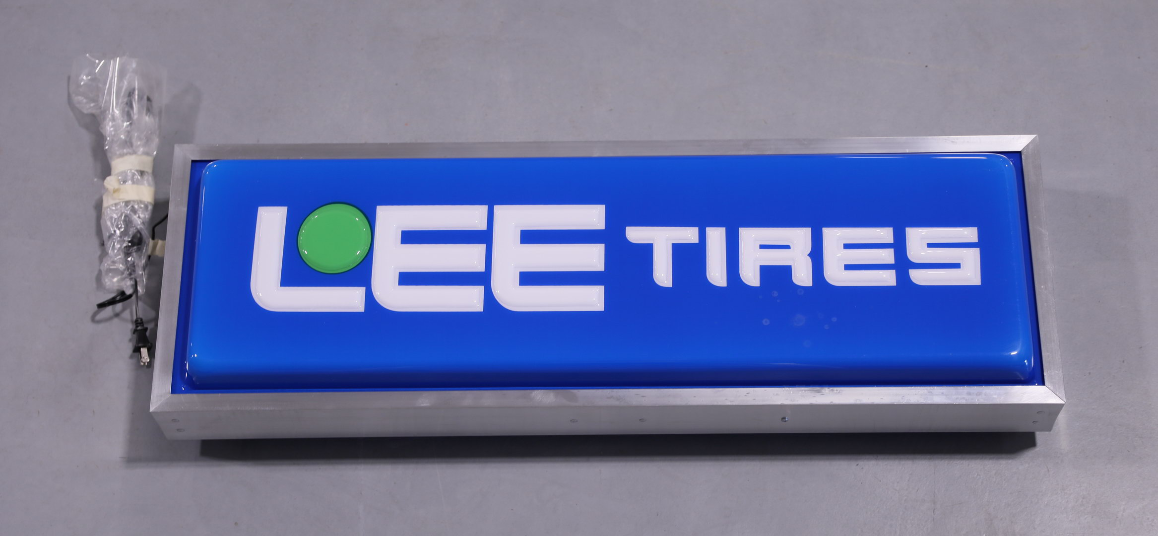 Lee Tires DS NOS Lighted Plastic Advertising Sign